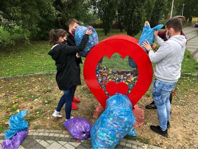 Młodzież ZSP nr 4 w Łowiczu napełniła nakrętkami serce na miejskich błoniach