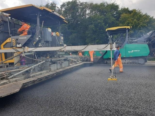To już kolejny etap remontu autostrady A4, który rozpoczął się w 2013 roku. Dotychczas odnowiono odcinek od granicy z województwem dolnośląskim do węzła Krapkowice.