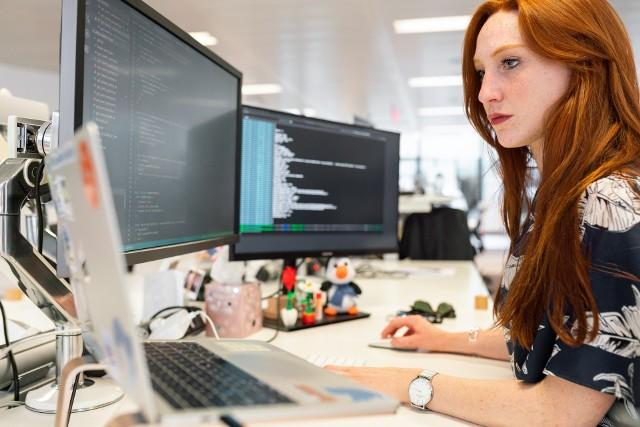 W branży IT niezwykle istotne są pasja, kreatywność i samodzielne zdobywanie wiedzy. Kładzie się również nacisk na zdolności interpersonalne, czyli komunikatywność oraz umiejętność pracy w zespole, a tych atrybutów na pewno kobietom nie brakuje.