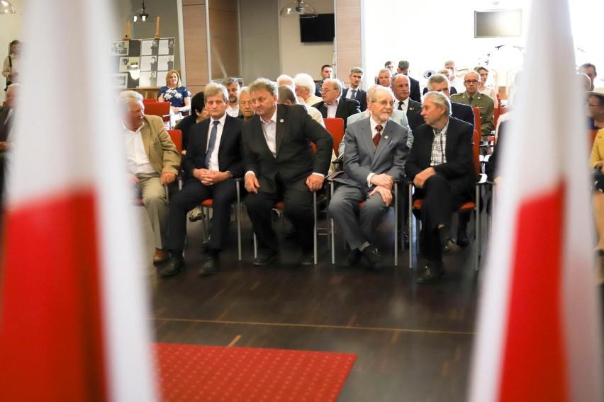 21 działaczy opozycji solidarnościowej otrzymało Krzyże...
