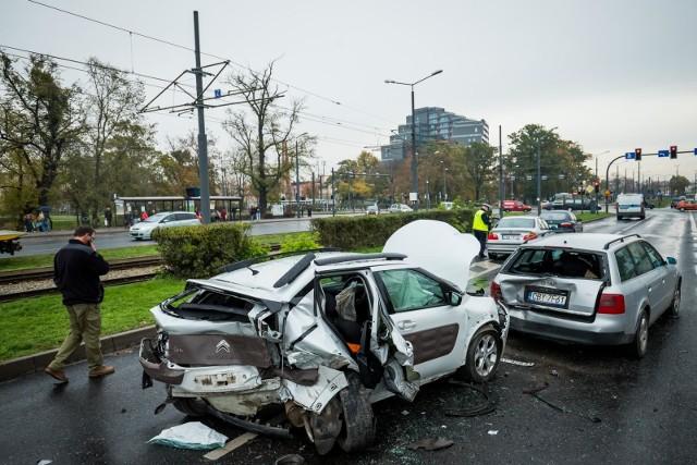 Polska przoduje w liczbie śmiertelnych wypadków drogowych. Jednocześnie mamy najniższe mandaty za przekroczeni prędkości. Od ponad dwóch dekad żaden rząd nie podniósł opłat za jazdę niezgodną z prawem.