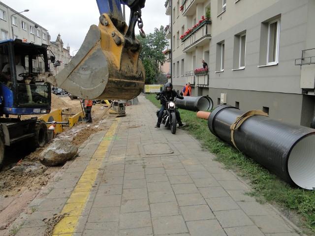 Trwa gruntowny remont ważnej radomskiej ulicy - 25 Czerwca w Radomiu. Prace powodują utrudnienia nie tylko dla mieszkańców. Cierpią handlowcy, jest utrudniony dojazd do przychodni.W końcu maja tego roku rozpoczęła się przebudowa na ulicy 25 Czerwca. Jest wymieniana cała podziemna infrastruktura, są zakładane nowe rury wodociągowe, kanalizacyjne. Roboty rozpoczęły się od ronda Stanisława Mikołajczyka, ale samo rondo jest przejezdne. Prace stopniowo przesuwają się w górę ulicy 25 Czerwca, już dotarły na wysokość ulicy Zacisze. Niedługo dotrą do skrzyżowania z ulicą Sienkiewicza. Roboty spowodowały utrudnienia w ruchu samochodowym. Jednak wielu kierowców wciąż jeździ na pamięć i dotyczy to nie tylko kierowców - mieszkańców domów z rejonu prowadzonych prac.