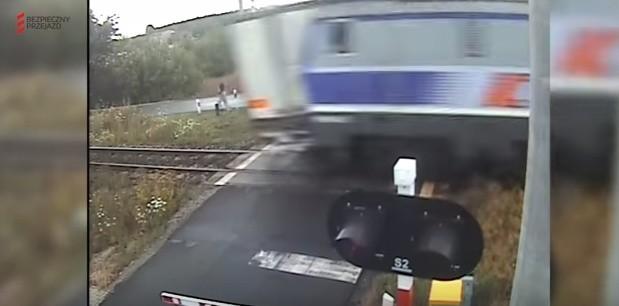 Czerwionka-Leszczyny: Pociąg uderzył w naczepę TIR-a WIDEO
