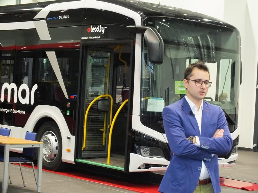 Autobus elektryczny firmy MAN na spotkaniu z dziennikarzami prezentował Robert Ignasz, młody inżynier z firmy MAN