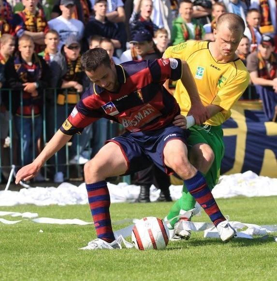Piłkarze Pogoni i Chemika muszą dziś powalczyć o bardzo ważne trzy punkty. Z lewej Michał Szczyrba z Pogoni, z prawej Marek Sajewicz z Chemika.