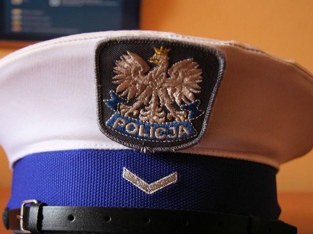 Gdyby policjanci nie zauważyli śpiącej w aucie dziewczyny, spotkanie z nieznajomym mogło mieć fatalny koniec