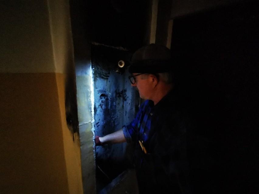 """W nocy ze środy na czwartek, w wieżowcu przy ulicy Ślaskiego w Toruniu zapaliła się instalacja elektryczna. Zmagania z ogniem i dymem trwały półtorej godziny. Jak informuje straż pożarna, do szpitala odwieziono dwie osoby podtrute tlenkiem węgla.Ogień na klatce schodowej wieżowca przy ul. Ślaskiego 6d w Toruniu pojawił się przed godziną 1 w nocy. Kiedy na miejsce dotarli strażacy, klatka schodowa wieżowca była bardzo mocno zadymiona.Polecamy: Ile można zarobić w toruńskiej policji? Oto stawki wg stanowisk- Paliła się skrzynka elektryczna na parterze - mówi mł. kap. Przemysław Baniecki, oficer prasowy Komendy Miejskiej Państwowej Straży Pożarnej w Toruniu. - Pożar został ugaszony przy pomocy gaśnic proszkowych.Czytaj także: Nie będzie prądu w Toruniu. Gdzie i kiedy? W akcji brały udział dwa zastępy strażaków, którzy skontrolowali miejsce pożaru przy pomocy kamery termowizyjnej. Skontrolowali również mieszkania i zajęli się oddymieniem klatki schodowej.Jak informuje straż, dwie osoby z objawami podtrucia tlenkiem węgla, zostały odwiezione na badania do szpitala.Spółdzielnia Mieszkaniowa Na Skarpie, do której należy ten budynek informuje, zapewnia że ostatnie pomiary instalacji elektrycznej były przeprowadzone w kwietniu 2018 roku. Zastrzeżeń nie było. Zgodnie z przepisami robi się je co pięć lat. SM informuje również, że nikt z mieszkańców nie zgłaszał prac na instalacji elektrycznej. Zresztą, nawet gdyby takowe były prowadzone, to w sytuacji zagrożenia zabezpieczenia przedlicznikowe odcięłyby dopływ prądu. """"W tej sytuacji nie mogło dojść do samoistnego zapalenia się izolacji przewodów - czytamy w otrzymanym ze spółdzielni piśmie. - Po dokonaniu oględzin należy wykluczyć, aby pożar wywołała awaria instalacji elektrycznej. Z dużym prawdopodobieństwem można podejrzewać zaprószenie ognia przez osoby trzecie"""".O pożarze spółdzielnia poinformowała operatora i policję."""