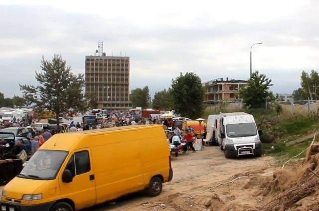 W niedzielę targowisko funkcjonowało i tysiące ludzi przyjechało na zakupy.