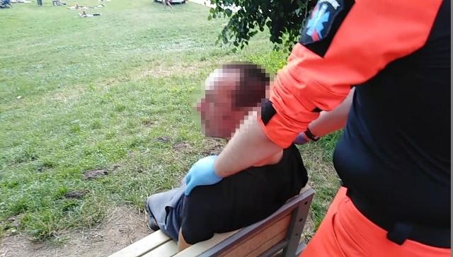 Zespół medyczny obezwładnił agresywnego mężczyznę na plaży Malibu nad jeziorem Strzeszyńskim. Mężczyzna pobił dwie osoby, dopuścił się kradzieży oraz znęcania się nad psem. Ratownicy szukają teraz świadków, którzy posiadają nagranie momentu ujęcia obywatelskiego i ich interwencji.