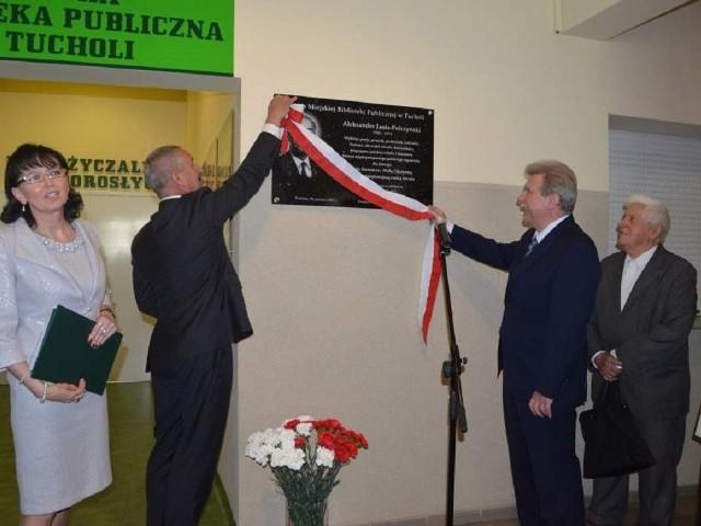 Tablicę odsłaniali senator Andrzej Kobiak, burmistrz Tadeusz Kowalski,  obok stoi  dyrektorka biblioteki Hanna Szramka.