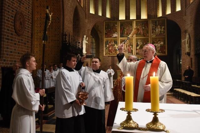 Poznań: Poświęcono krzyż wykonany z ponad 1000-letniego drewna