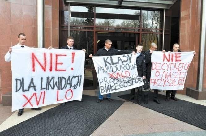 Protest uczniów XVI LO przeciwko likwidacji ich szkoły.