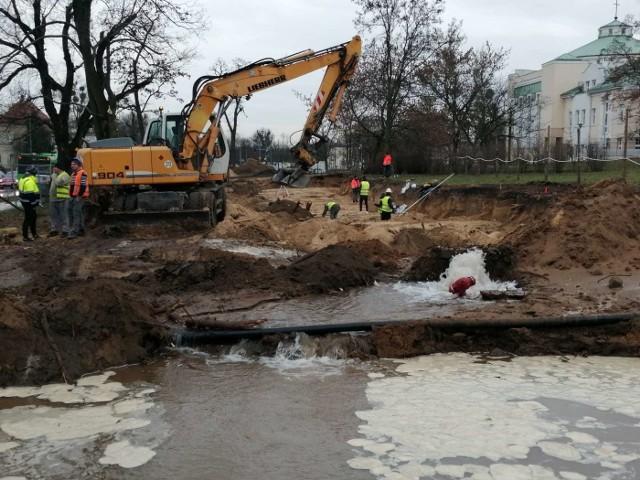 Na terenie budowy tramwaju na Naramowice - na skrzyżowaniu ulic Szelągowskiej, Naramowickiej i Wilczak - budowlańcy naruszyli rurociąg z wodą. Przejdź do kolejnego zdjęcia --->