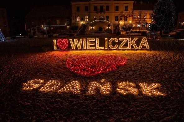 Na Rynku Górnym w Wieliczce zapłonęły znicze ułożone w ogromne serce oraz napis  Gdańsk. W ten sposób oddano hołd prezydentowi Gdańska Pawła Adamowiczowi, który zginał podczas finału Wielkiej Orkiestry Świątecznej Pomocy 2019