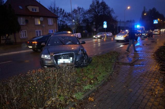 W piątek (29 listopada) po godzinie 15 doszło na ulicy Poznańskiej w Słupsku. Kierowca wyjeżdżający z ulicy Zielonej wymusił pierwszeństwo przejazdu na prawidłowo jadącemu ulicą Poznańską kierowcy audi. Duże utrudnienia w ruchu w tej części miasta.