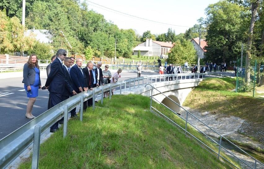 Zmodernizowana droga gminna obok korzkiewskiego zamku i bazy harcerskiej oraz pięknie zaaranżowany most nad Korzkiewka