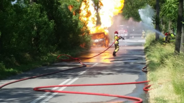 Do groźnego pożaru samochodu doszło w rejonie miejscowości Lipa pod Strykowem. W poniedziałek (21 czerwca) zapalił się transportowy volkswagen wiozący sto butli z gazem. Gaszenie go trwało prawie trzy godziny!CZYTAJ DALEJ >>>.