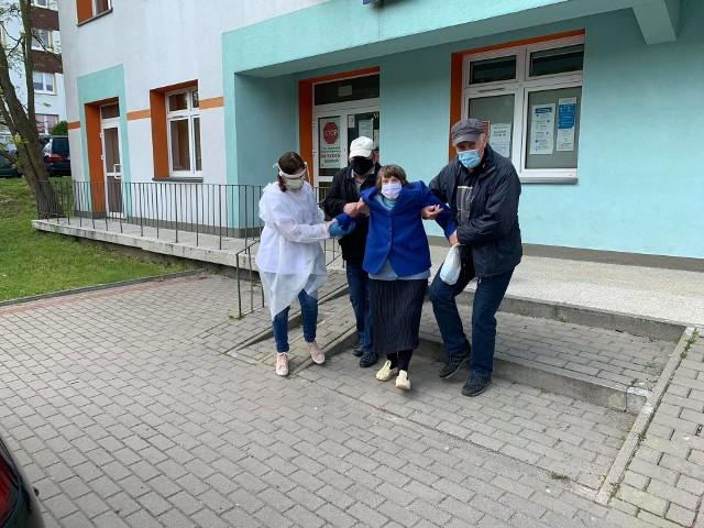 W ten sposób pani Stasia opuszczała przychodnię przy ul. Radzymińskiej w Białymstoku. Tu pomagają sąsiedzi - od lewej pan Zbigniew i pan Andrzej oraz pielęgniarka.