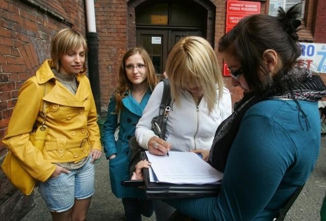 Na zdjęciu studentki filologii rosyjskiej podpisują wniosek (od lewej): Anna Uchto, Paulina Błoszyk oraz Roksana Herman.
