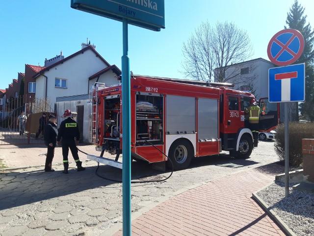 - Idąc ulicą Poprzeczną zobaczyłem kłęby dymu unoszące się pośród domów - mówi Karol Halicki przedstawiający się jako obrońca Bojar. - Zadzwoniłem po straż pożarną i policję.