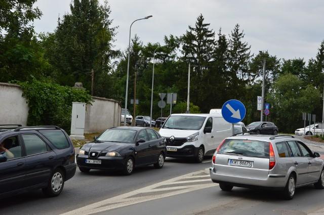 Ciasne i wiecznie zatłoczone skrzyżowanie DK 94 z ul. Krakowską. Estakada jest tu niezbędna