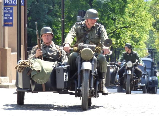 """Hitlerowcy... na ulicach Buska. Tak rozpoczęła się niedzielna inscenizacja historyczna """"Zamach na Petersa""""."""