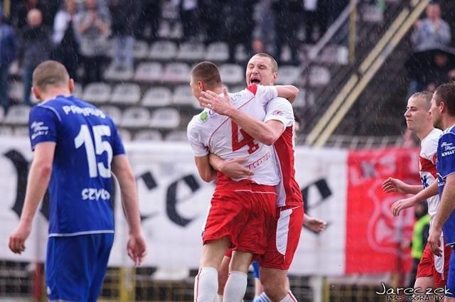 Michał Zaleśny (na zdjęciu tyłem) ma powody do zadowolenia. W meczu z Mazovią udowodnił że zasługuje na miejsce w pierwszym składzie zdobywając dwa gole