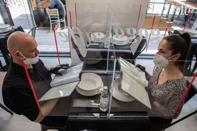 Tak wygląda dziś spotkanie w restauracji w Mediolanie