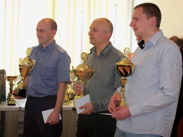 Laureaci ubiegłorocznego turnieju szachowego. W środku Robert Tustanowski z OSP Wierzbiec, Mistrz Polski w Szachach Służb Mundurowych 2013.
