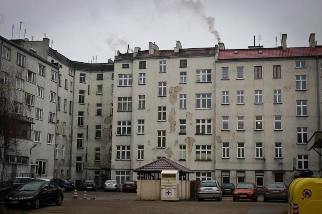 Zaczynają się remonty w gminnych kamienicach we Wrocławiu. Mają z nich zniknąć tzw. kopciuchy