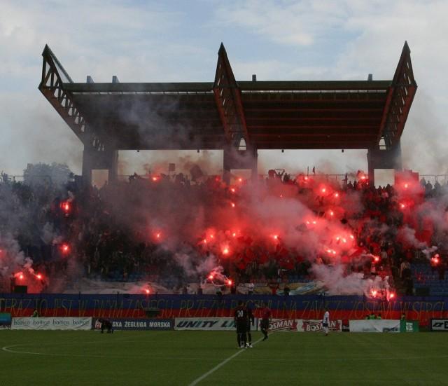 Tak wyglądały trybuny podczas ostatniego meczu Pogoni w II lidze z Unią Janikowo. Od formy portowców zależy, czy jesienią kibice chętnie wypełnią stadion przy ul. Twardowskiego.