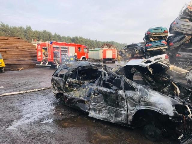 Na terenie firmy Ambit spłonęło 20 samochodów. Zdjęcie pochodzi z fanpejdża OSP Dobrzyniewo Duże