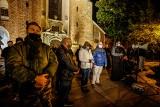 Strajk Kobiet w Gdańsku 29.10.2020. Modlitwa przed Archikatedrą Oliwską. Grupa mężczyzn zebrała się, aby ochraniać świątynię