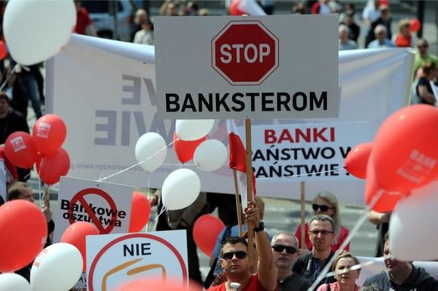 899 tysięcy Polaków spłaca 529 tysięcy kredytów we frankach szwajcarskich na łączną kwotę aż 167 miliardów złotych