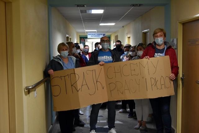 Protestujący domagają się między innymi zaniechania ich zdaniem krzywdzącego systemu naliczania pensji