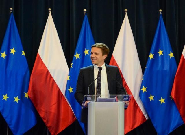 Łódź przez weekend będzie politycznym centrum Polski, bo medialny  przekaz będzie walczyć tu zarówno opozycja jak i PiS. Kampania w regionie na miesiąc przed wyborami mocno przyspiesza, tyle, że opozycja wytraca impet absurdalnymi wpadkami, a PiS po cichutku pracuje z wyborcami w terenie wspierany kolejnymi obietnicami rządu.