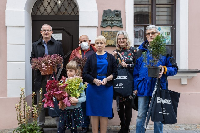 Laureaci naszych nagród przed siedzibą Towarzystwa Miłośników Miasta Bydgoszczy