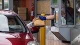 Fast foody wciąż na dużym minusie. Wizyt jest o ponad 40 procent mniej niż przed pandemią