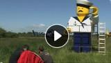 Gigantyczny ludzik Lego przeleciał nad Pomorzem (wideo)