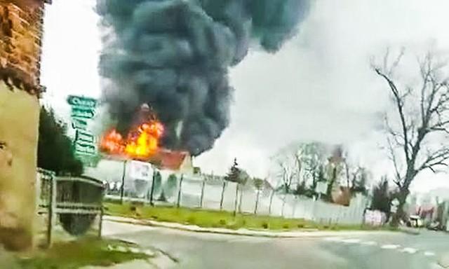 Duży pożar w Lutolu w pow. żarskim. Pali się hurtownia i pomieszczenie warsztatowe