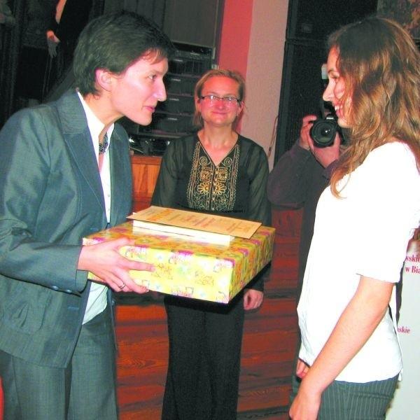 Nagrodę za swoją recytację odbiera Julianna Dorosz, zdobywczyni Grand Prix w kategorii licealistów.