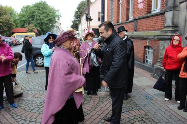 Andrzej Kozubaj, zastępca burmistrza Drezdenka wręczył klucze do miasta najstarszej seniorce.