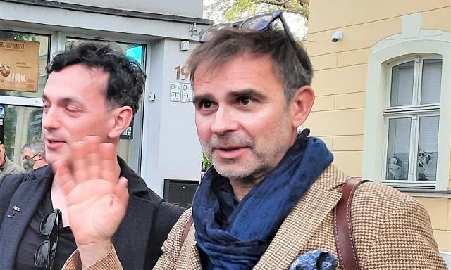 Dr hab. Tomasz Broda - zdobywca Grand Prix XXIII Otwartego Międzynarodowego Konkursu na Rysunek Satyryczny 2021 - jest artystą znanym z masek i portretów z przedmiotów codziennego użytku, związanym z Akademią Sztuk Pięknych we Wrocławiu