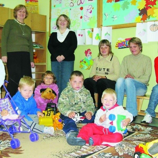 Z utworzenia Klubu Przedszkolaka w Lipinie cieszą się dzieci, ich rodzice i dyrektorka szkoły - Lucyna Dowgiert (pierwsza z lewej). W ramach projektu placówki otrzymają nowe wyposażenie.