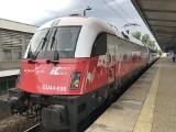 Biało-czerwone lokomotywy PKP Intercity na torach. Na stulecie niepodległości