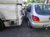 Wypadek na obwodnicy Opola. Tir pchał przez kilkadziesiąt metrów samochód osobowy. Kierowca ciężarówki nie zauważył forda fiesty