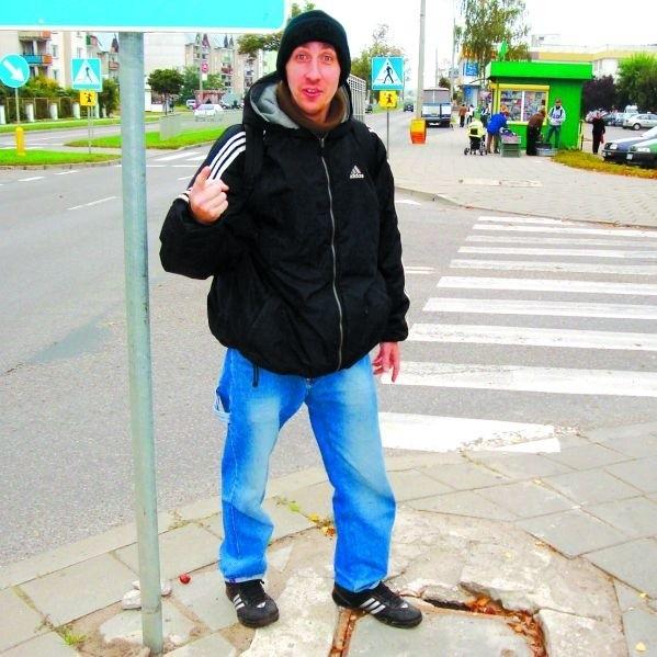 - Trzeba patrzeć pod nogi, bo o wypadek tutaj nietrudno - ostrzega Sebastian Makuszewski