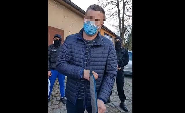 Mężczyzna został zatrzymany przez policją na 48 godzin i przebywa w policyjnym areszcie.