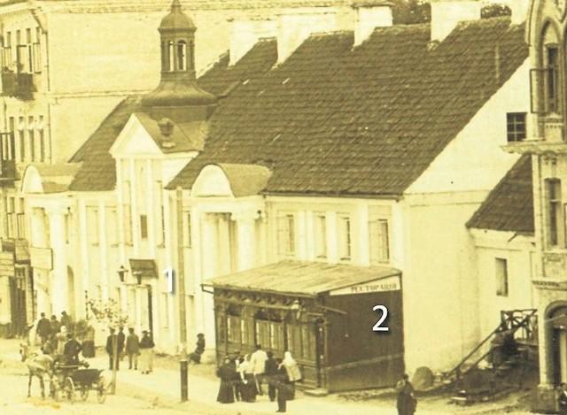 Towarzystwo Dobroczynności chętnie wydzierżawiało lokale, a uzyskany czynsz przeznaczało na cele charytatywne. Na zdjęciu 1897 r. widoczny szyld hotelu Niemieckiego (1) oraz drewniana dobudówka restauracji (2)