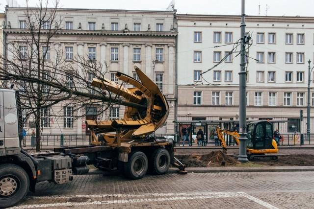 - Przesadzenie zieleni to trudny proces. Cieszę się, że udaje się go przeprowadzić. Mam nadzieję, że przesadzone drzewa i krzewy będą się dobrze rozwijać w nowych warunkach. Staramy się jak najlepiej dbać o poznańską zieleń i wprowadzać nową np. w centrum miasta, co widać na przebudowanych odcinkach ulic Święty Marcin i Taczaka. Chronimy zieleń, bo ona chroni nas – przed zanieczyszczeniami, ale też słońcem i wysokimi temperaturami – mówi prezydent Poznania, Jacek Jaśkowiak.